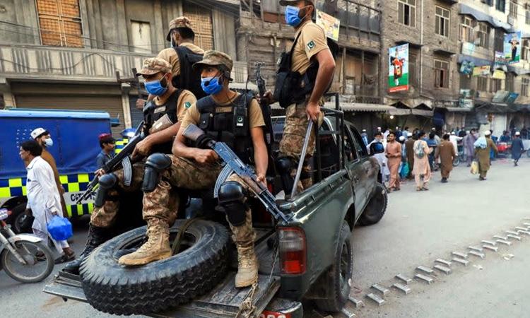 Quân đội tuần tra trên đường phố Peshawar, Pakistan, hôm 25/4. Ảnh: Reuters.