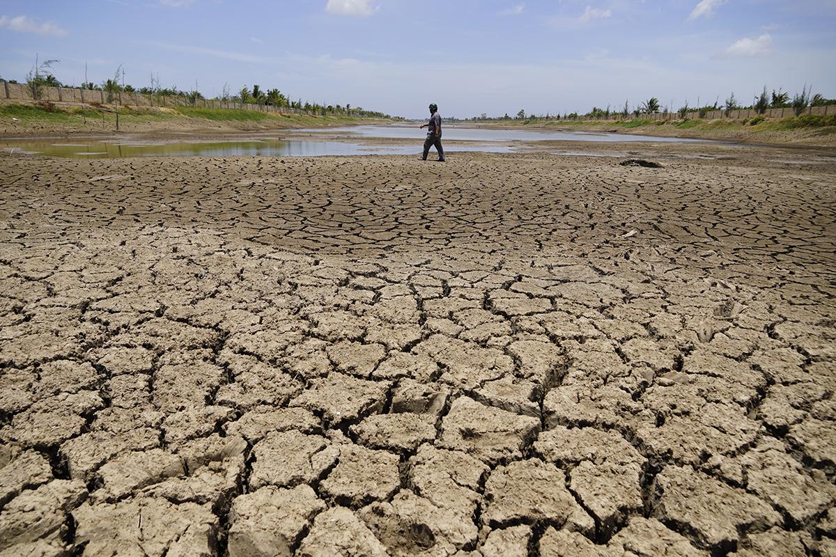 Nhiều đoạn giữa lòng hồ Kênh Lấp khô nứt nẻ,  nhiều nguồi dân có thể đi bộ băng qua. Ảnh: Hoàng Nam