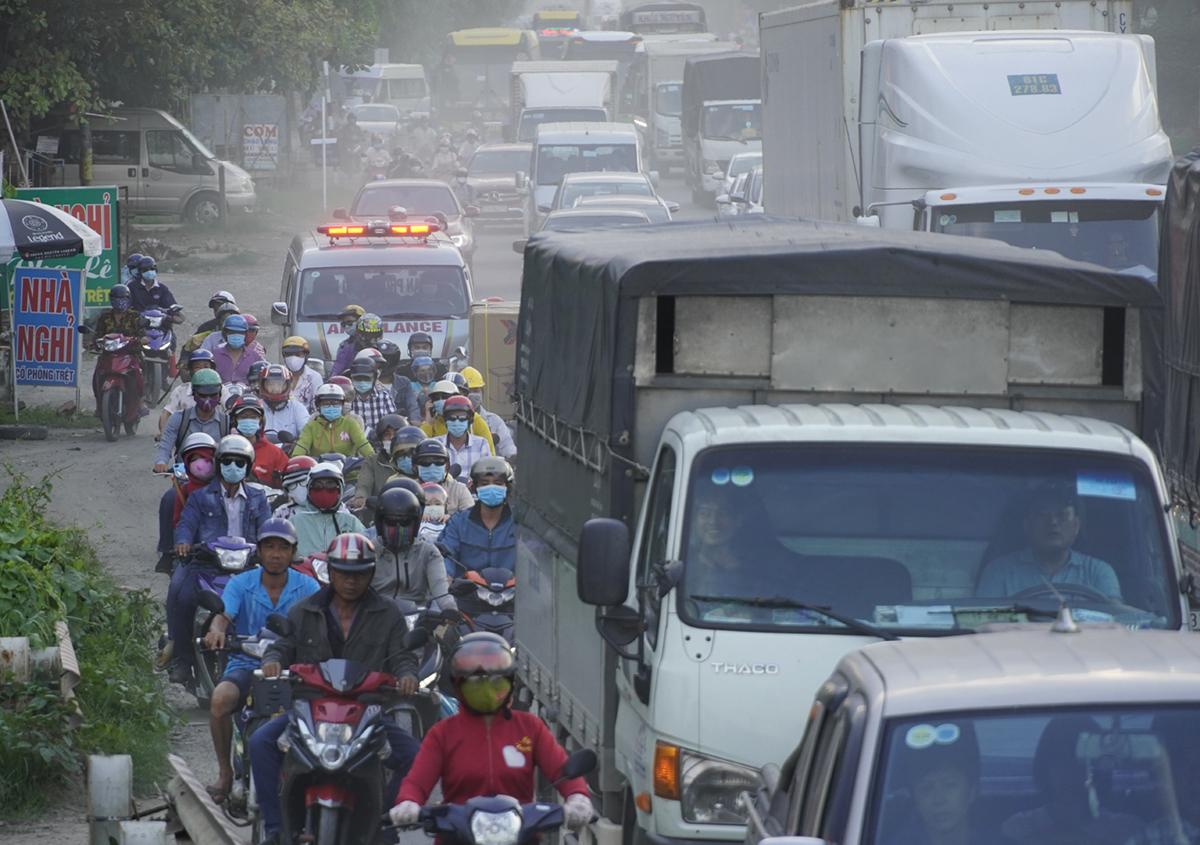 Chiếc xe cứu thương bị kẹt giữa vòng vây ôtô, xe máy dước dốc cầu Rượu chiều 19/7. Ảnh: Hoàng Nam