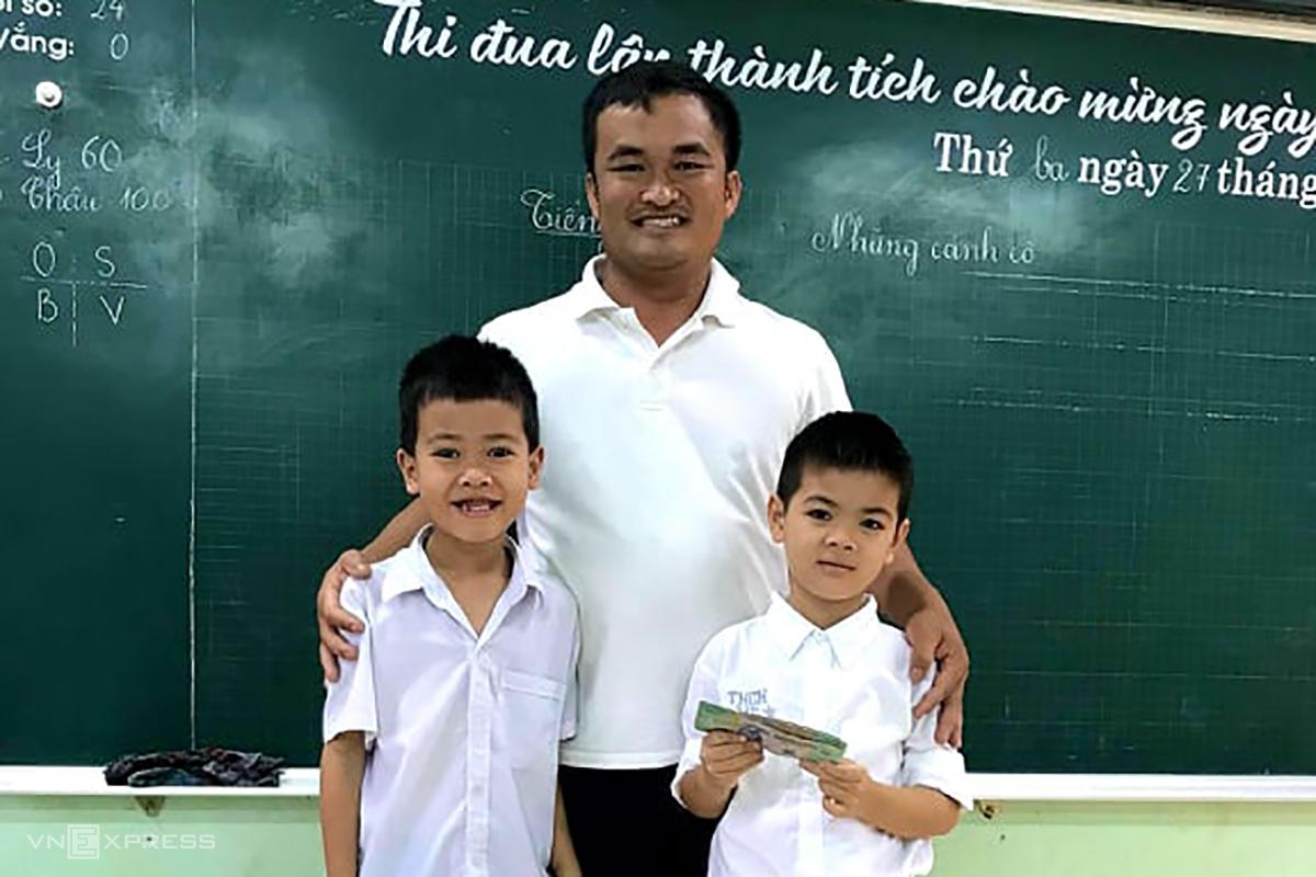 Anh Thành và 2 nam sinh nhặt được số tiền. Ảnh: Quang Hà