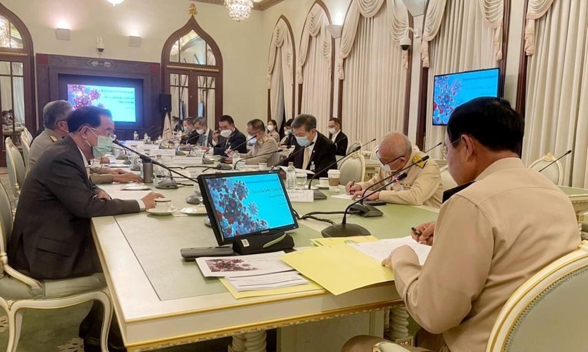Thủ tướng Thái Lan Prayut Chan-ocha không đeo khẩu trang trong cuộc họp thảo luận chống Covid-19 của chính phủ hôm 26/4. Ảnh: Facebook/Prayut Chan-ocha