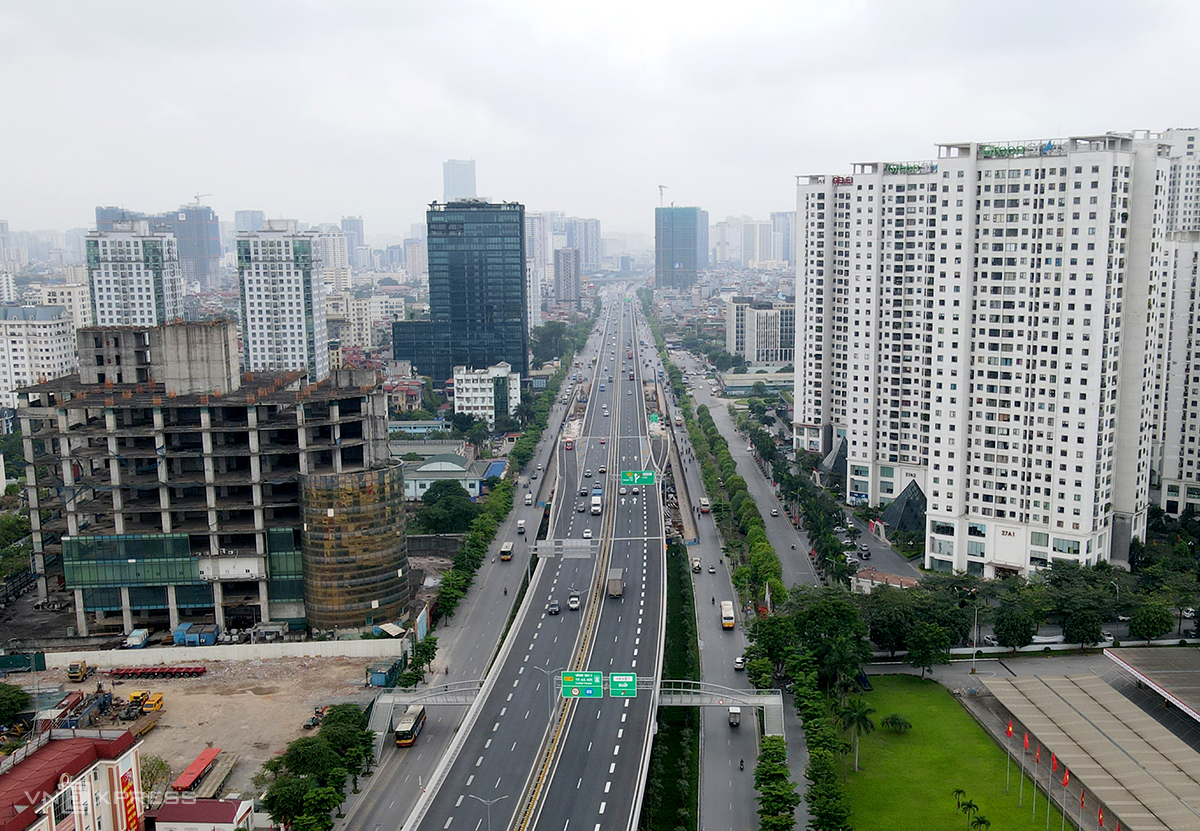 Tuyến cầu cạn Mai Dịch-Thăng Long và đoạn mở rộng đường Phạm Văn Đồng hoàn thiện tháng 10/2020 đã giúp khép kín đường Vành đai 3 đoạn chạy qua nội đô. Ảnh: Bá Đô