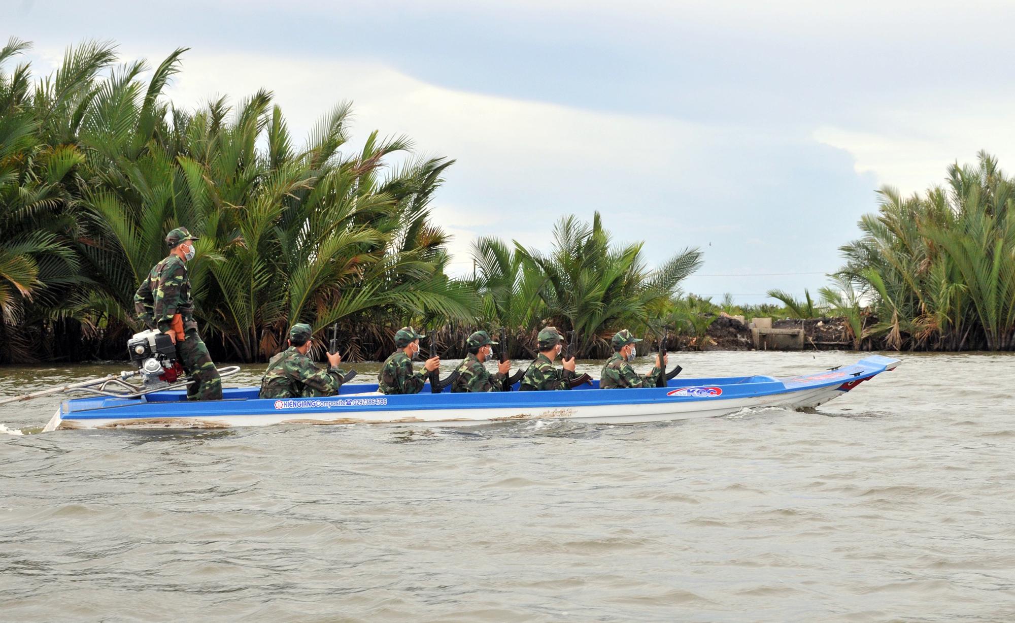 Lực lượng Biên phòng Kiên Giang tuần tra tuyến biên giới ở TP Hà Tiên. Ảnh: Nguyễn Phương
