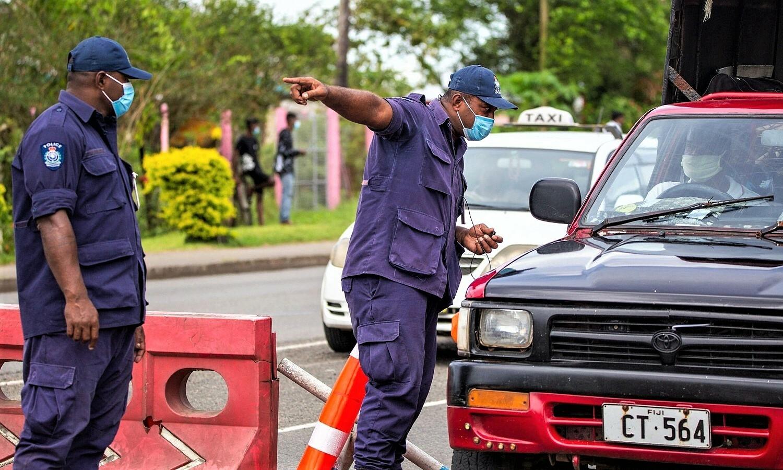 Nhân viên an ninh kiểm tra phương tiện tại chốt phong tỏa thủ đô Suva của Fiji vào ngày 27/4 sau khi phát hiện lây nhiễm nCoV do biến chủng từ Ấn Độ. Ảnh: AFP.