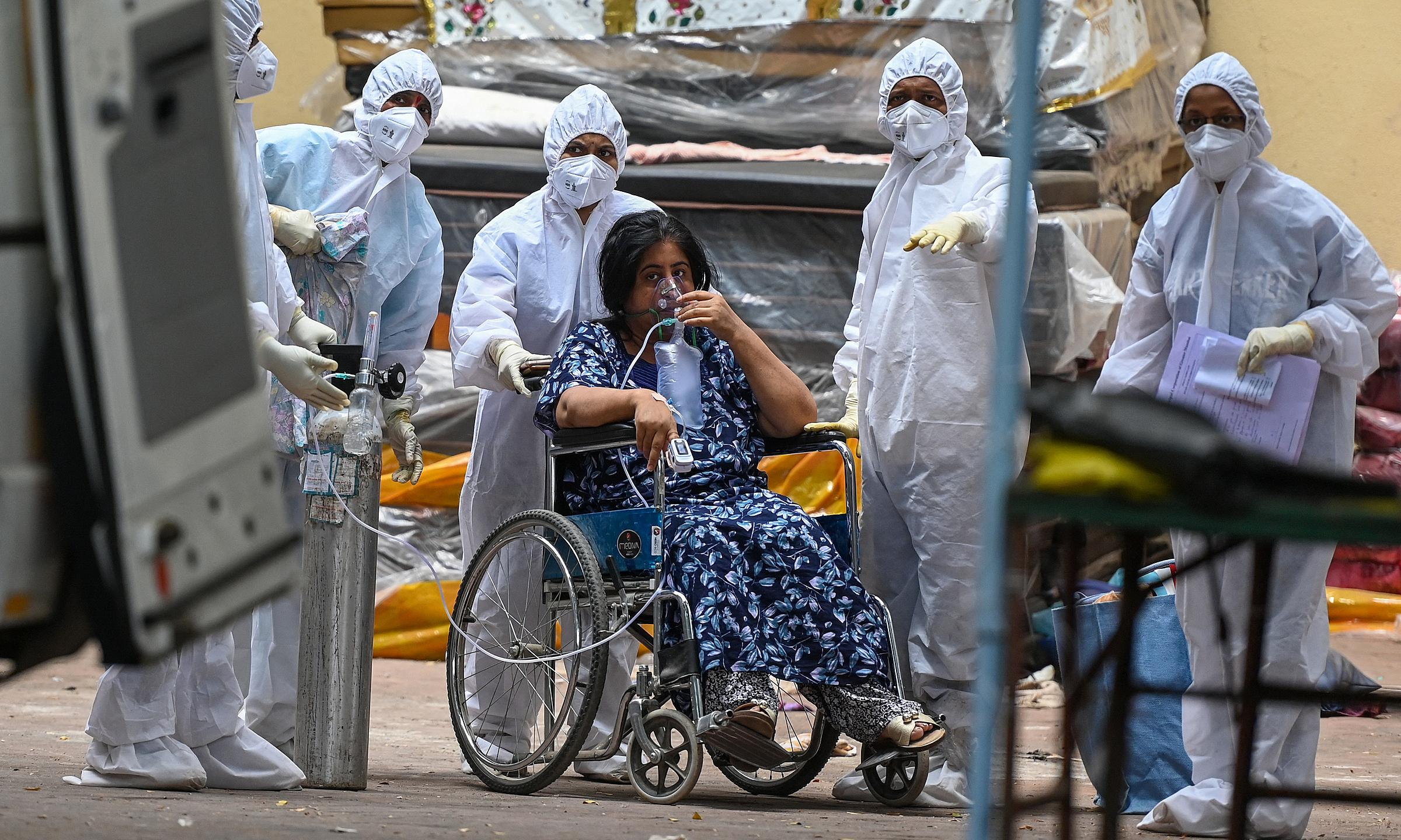 Nhân viên y tế tại thành phố Mumbai, Ấn Độ, chuyển bệnh nhân đến khu vực chăm sóc tích cực (ICU) vào ngày 21/4. Ảnh: AFP.