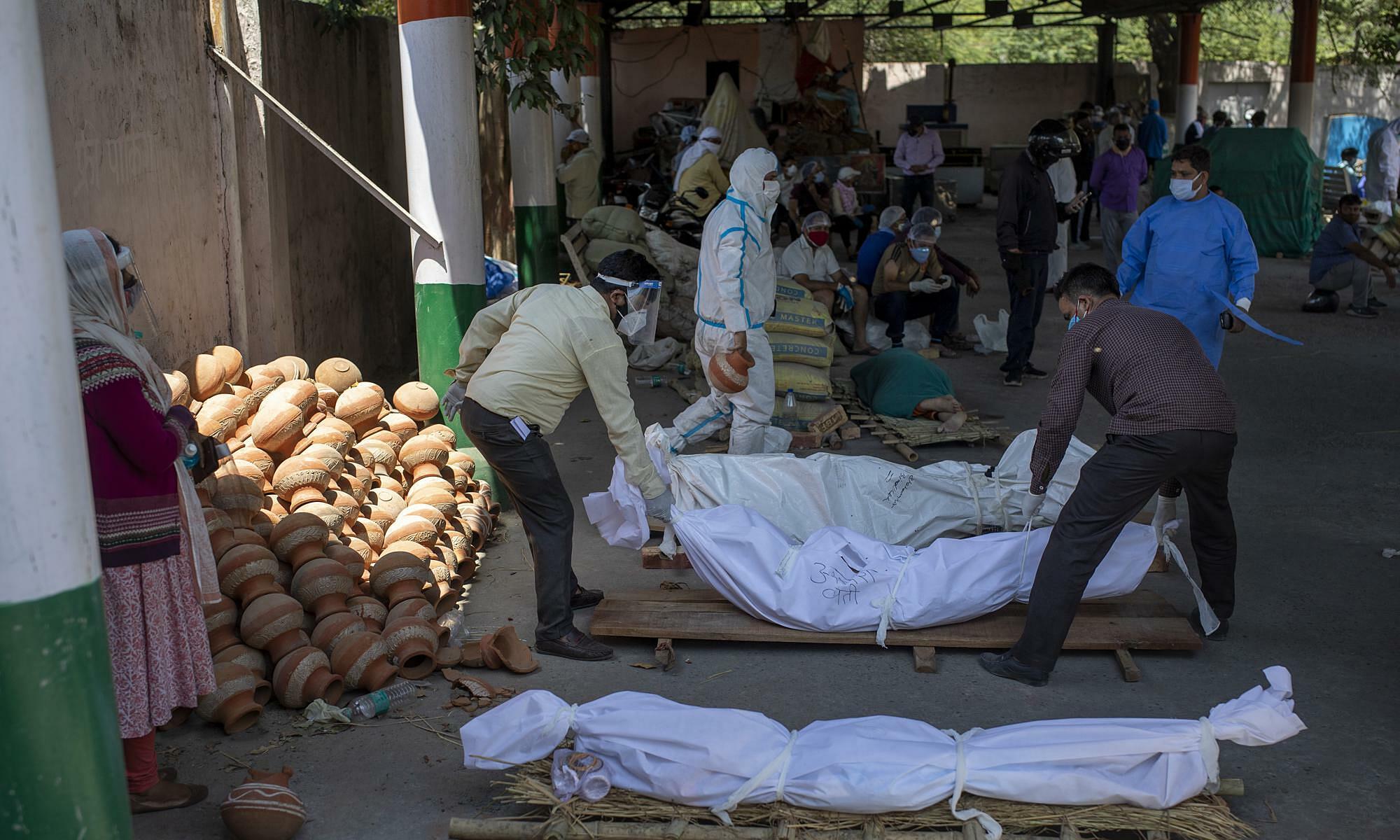 Thi thể các bệnh nhân tử vong vì Covid-19 được tập trung tại một địa điểm hỏa thiêu ở thủ đô New Delhi, Ấn Độ vào ngày 24/4. Ảnh: AP.