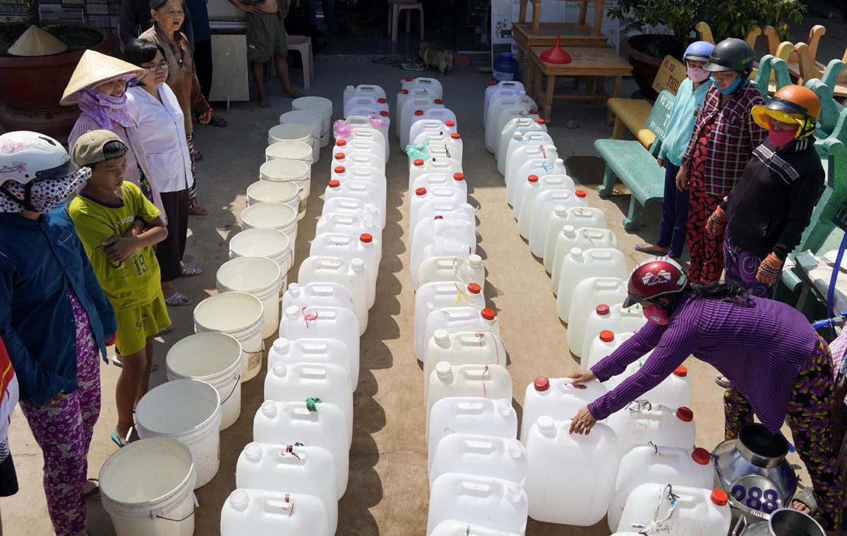 Người dân Gò Công Tây (Tiền Giang) xếp hàng chờ xin nước tại điểm cấp miễn phí. Ảnh: Hoàng Nam.