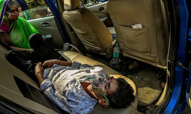 Một bệnh nhân Covid-19 ở New Delhi, Ấn Độ, ngày 24/4. Ảnh: NYTimes.