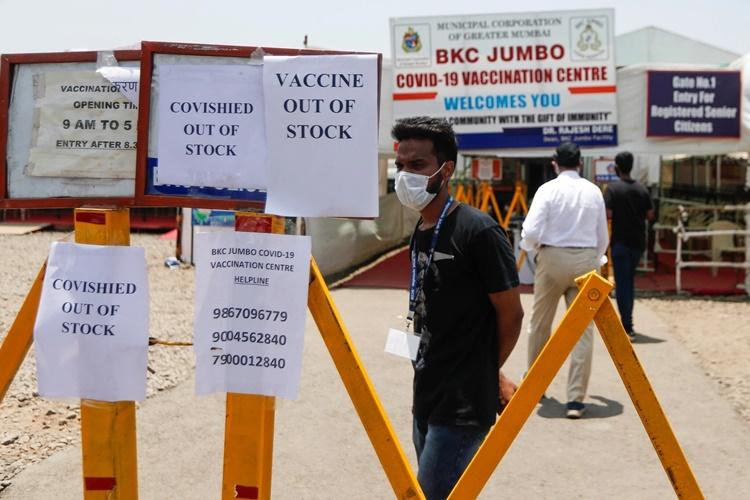Thông báo hết vaccine được dán bên ngoài một trung tâm tiêm chủng Covid-19 ở Mumbai hồi tháng trước. Ảnh: Reuters.