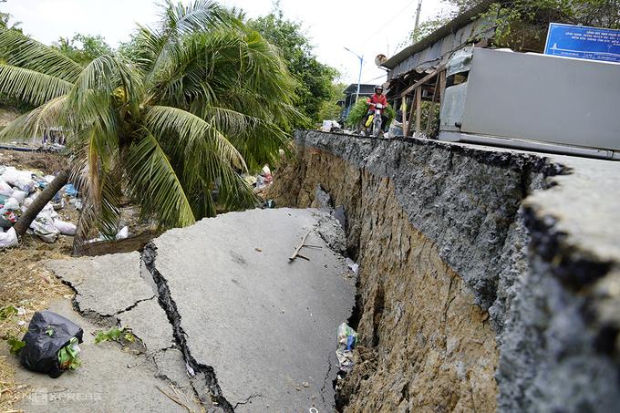 Sụt lún đường nghiêm trọng tại xã Thạnh Nhựt (Gò Công Tây) mùa khô hạn năm nay. Ảnh: Hoàng Nam.