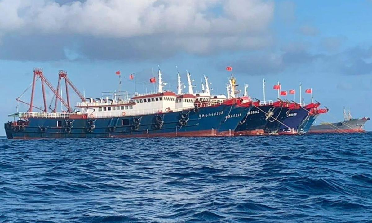 6 tàu bị nghi ngờ thuộc lực lượng dân quân biển Trung Quốc, bao gồm Yuexinhuiyu 60138 và 60139, neo đậu tại bãi Ba Đầu thuộc quần đảo Trường Sa của Việt Nam ngày 27/3. Ảnh: AP.