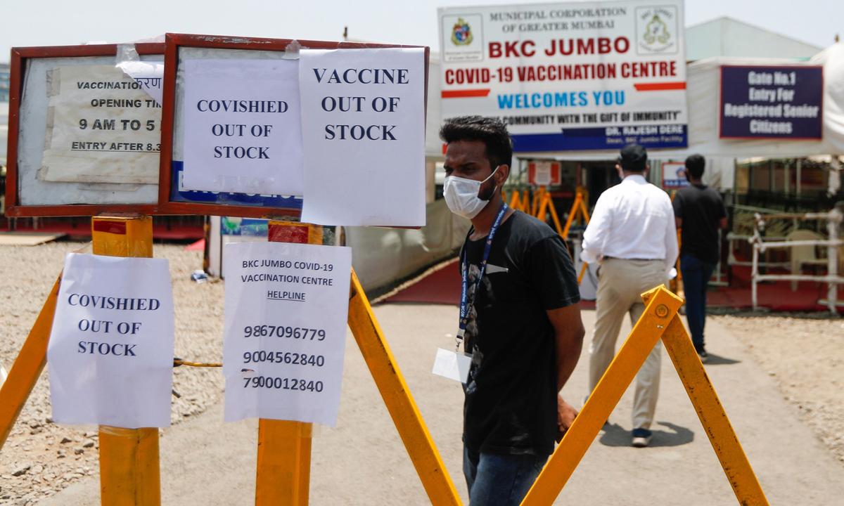 Thông báo hết vaccine bên ngoài trung tâm tiêm chủng ở Mumbai, Ấn Độ hôm 20/4. Ảnh: Reuters.
