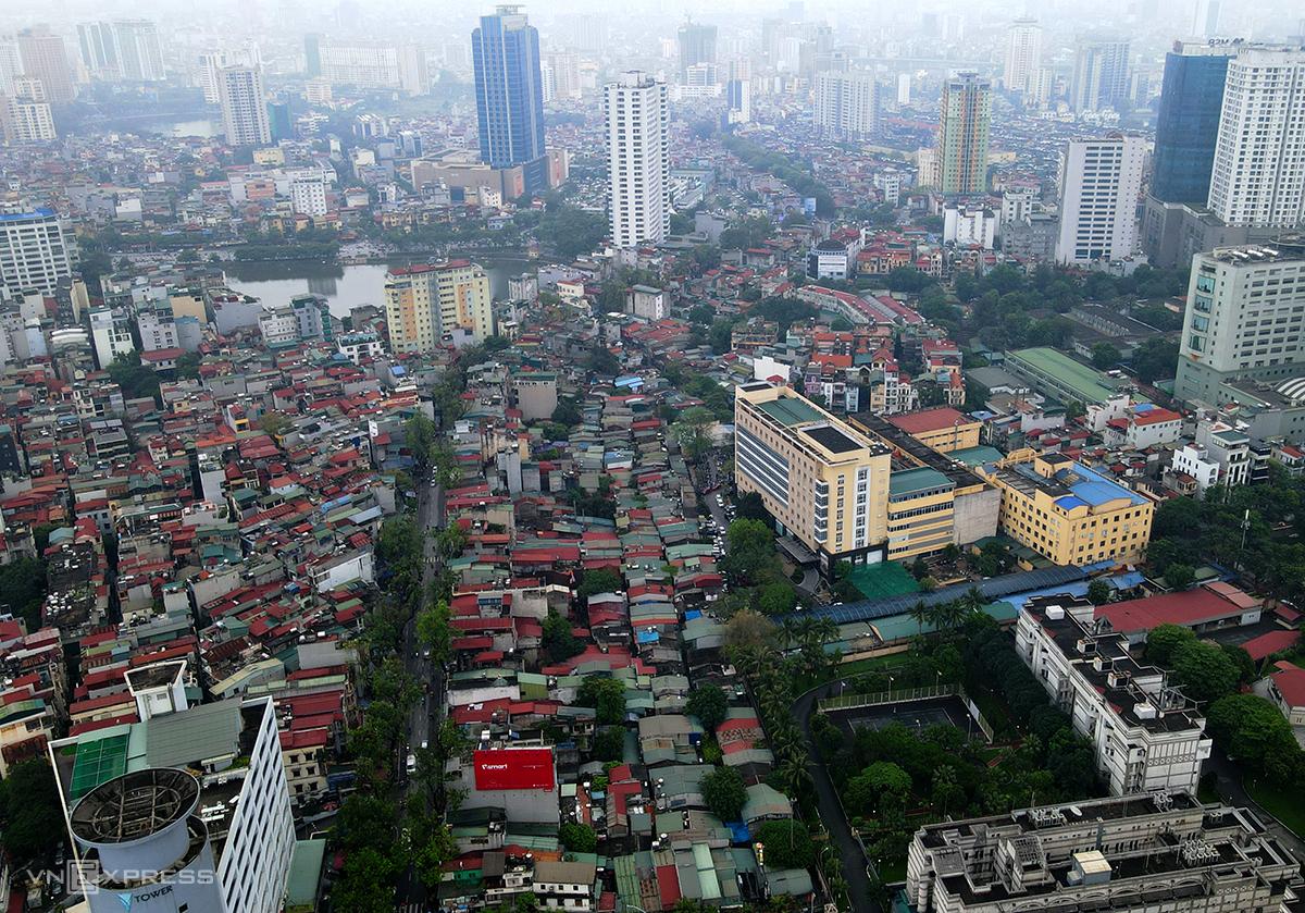 Dự án Hoàng Cầu-Voi Phục chạy phần lớn men theo đường Đê La Thành với hàng nghìn ngôi nhà thấp tầng dày đặc. Ảnh: Bá Đô