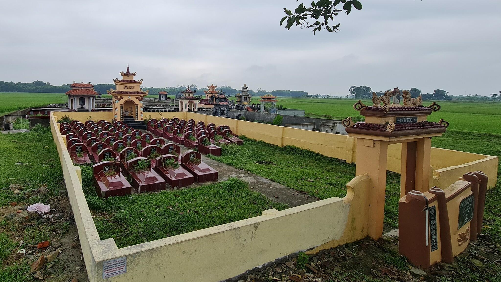 Khu vực nghĩa trang có ngôi mộ giả. Ảnh: Lê Hoàng.