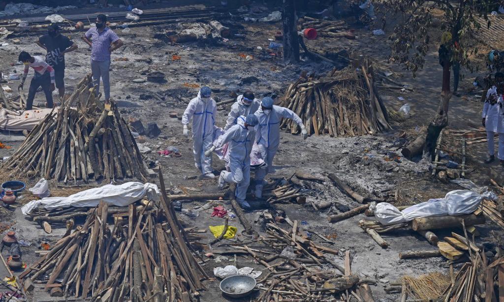 Một khu hỏa táng tập thể những nạn nhân Covid-19 tại New Delhi, Ấn Độ, hôm 27/4. Ảnh: AFP.