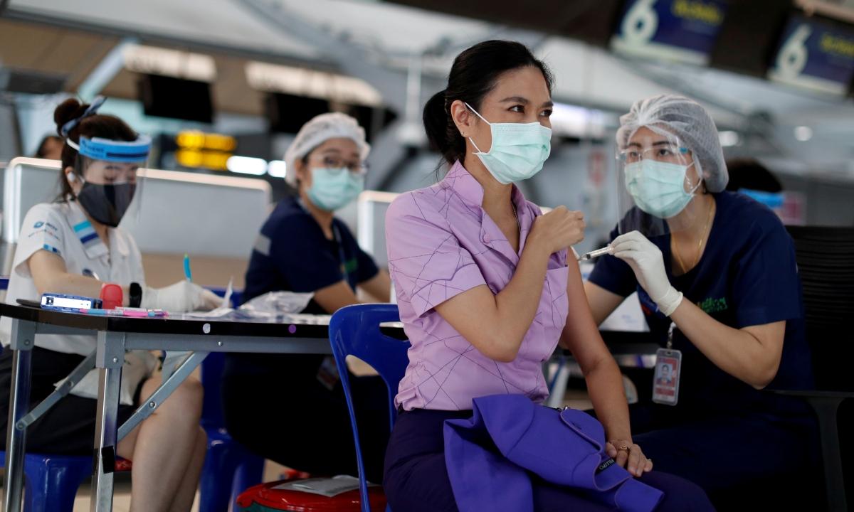 Một tiếp viên hàng không tiêm vaccine tại sân bay Suvarnabhumi, Thái Lan ngày 28/4. Ảnh: Reuters.