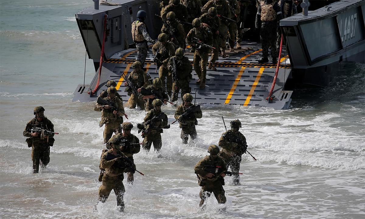 Binh sĩ lục quân Australia đổ bộ lên bãi biển Langham trong cuộc diễn tập chung với Mỹ tại Queensland tháng 7/2017. Ảnh: Reuters.