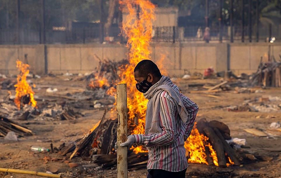 Một khu hỏa táng thi thể người chết vì Covid-19 ở Ấn Độ. Ảnh: Reuters.