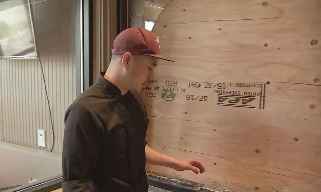 Charlie Tran bên trong nhà hàng bị phá hoại. Ảnh chụp màn hình: KTVU