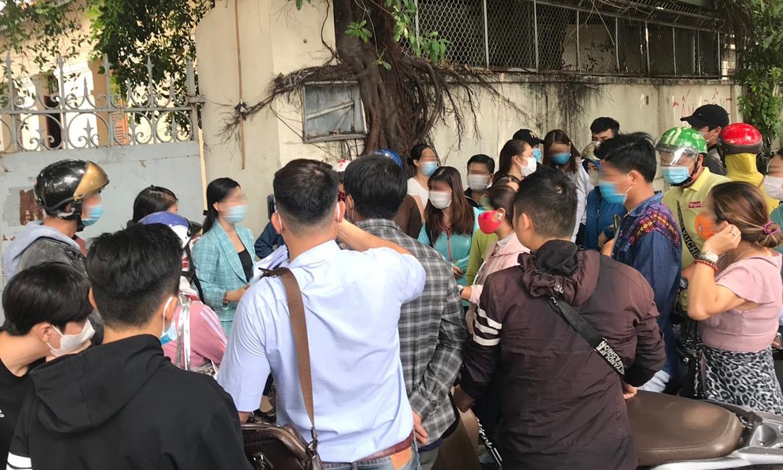 Người dân ùn ùn đến Công an TP HCM trình báo bị CoolCat lừa. Ảnh: Việt Anh.