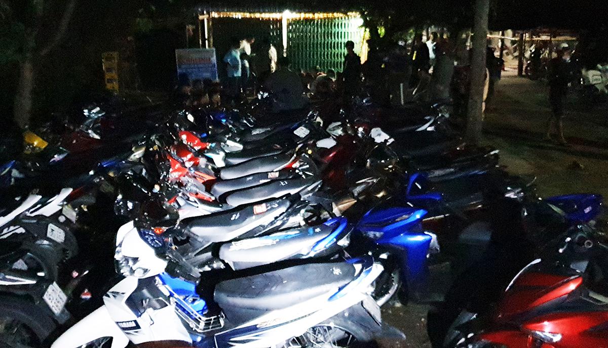 Xe máy của các thanh thiếu niên tham gia và cổ vụ cuộc đua bị tạm giữ. Ảnh: Châu Thành