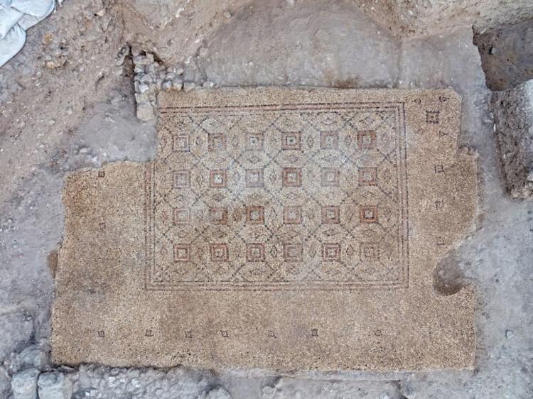 Nền đá 1.600 năm tuổi nhiều khả năng thuộc về một công trình nhà ở nguy nga. Ảnh: Assaf Peretz/IAA.
