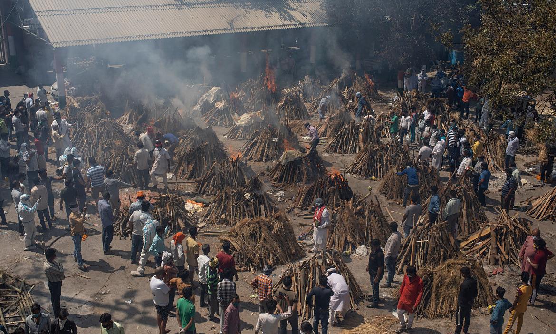 Khu hỏa táng cho bệnh nhân qua đời vì nCov tại New Delhi vào ngày 25/4 quá tải vì khủng hoảng Covid-19 Ấn Độ. Ảnh: AP.