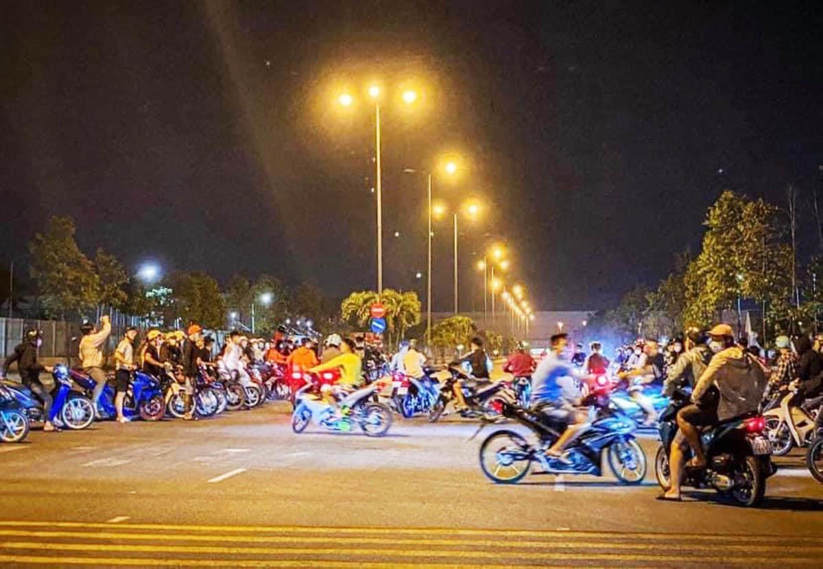 Nhóm thanh niên tổ chức đua tốc độ trên đường. Ảnh cắt clip người dân.
