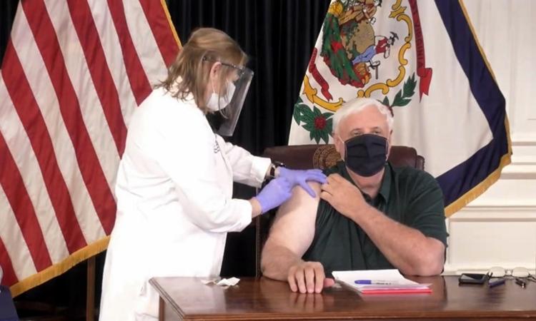 Thống đốc Tây Virginia Jim Justice tiêm vaccine Covid-19 hôm 14/4. Ảnh: 12WBOY.