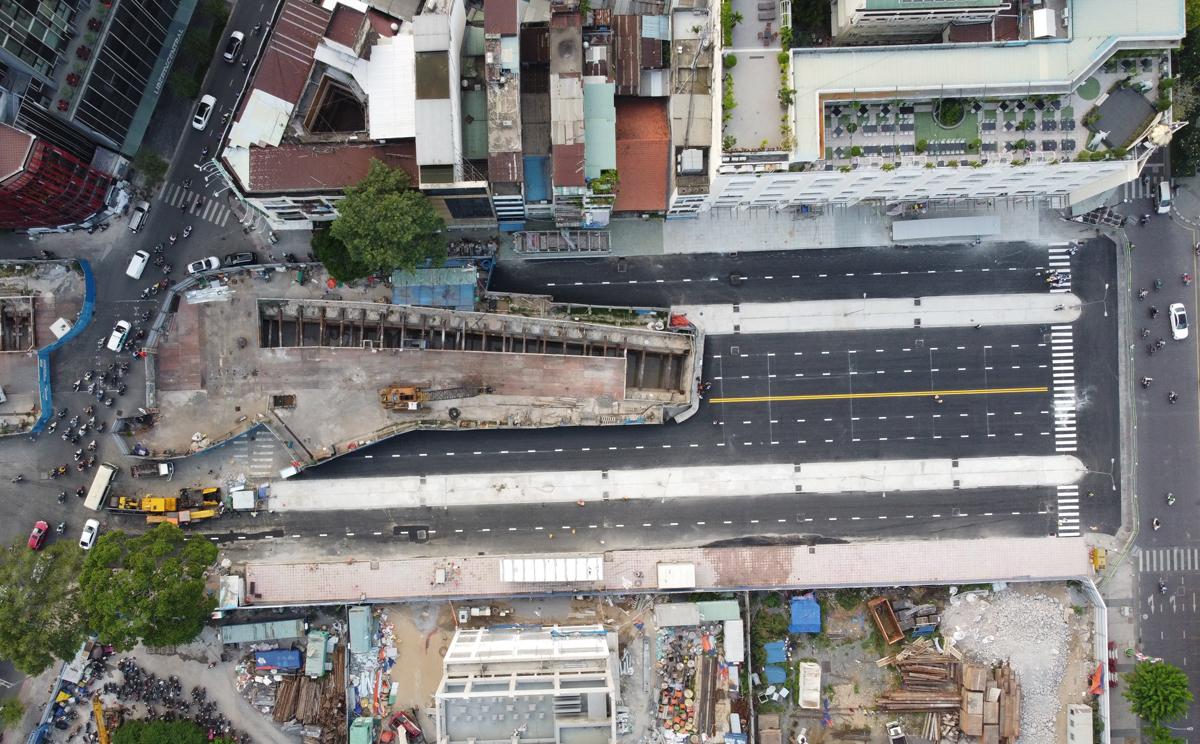 Đoạn rào chắn hai bên đường Lê Lợi phục vụ thi công Metro Số 1 được tháo dỡ, chiều 28/4. Ảnh: Gia Minh.