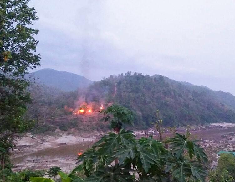 Lửa cháy tại căn cứ quân sự gần sông Salween sau khi nó bị KNU đánh chiếm ngày 27/4. Ảnh: AFP.