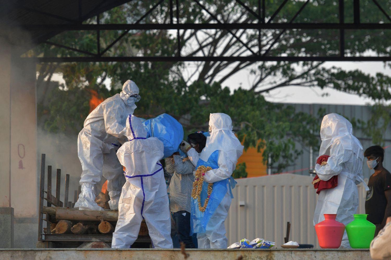 Người dân thành phố Bengaluru mặc trang phục bảo hộ, đưa thi thể thân nhân tử vong vì nhiễm nCoV đến nhà hỏa táng vào ngày 26/4. Ảnh: AFP.