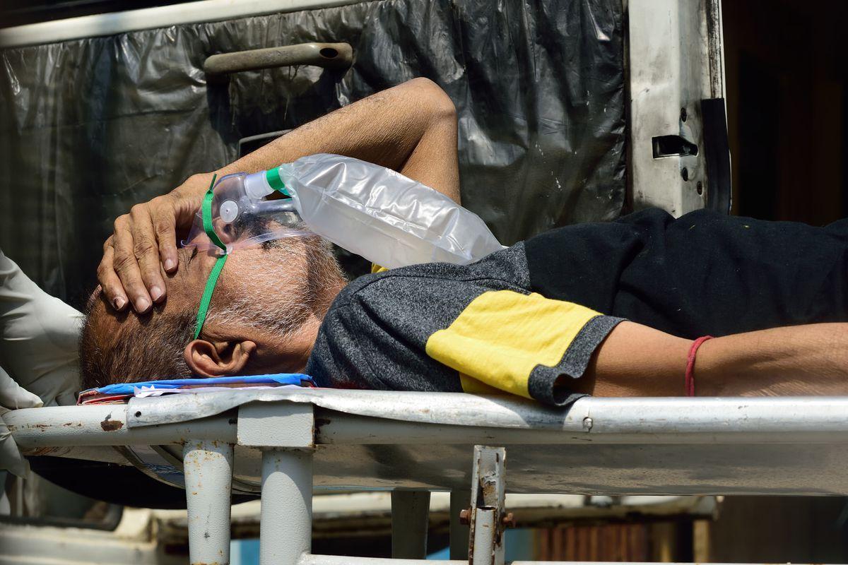 Bệnh nahan tại Kolkata, Ấn Độ, được đưa đến bệnh viện vào ngày 24/4 sau khi xét nghiệm dương tính với nCoV. Ảnh: Anadolu.