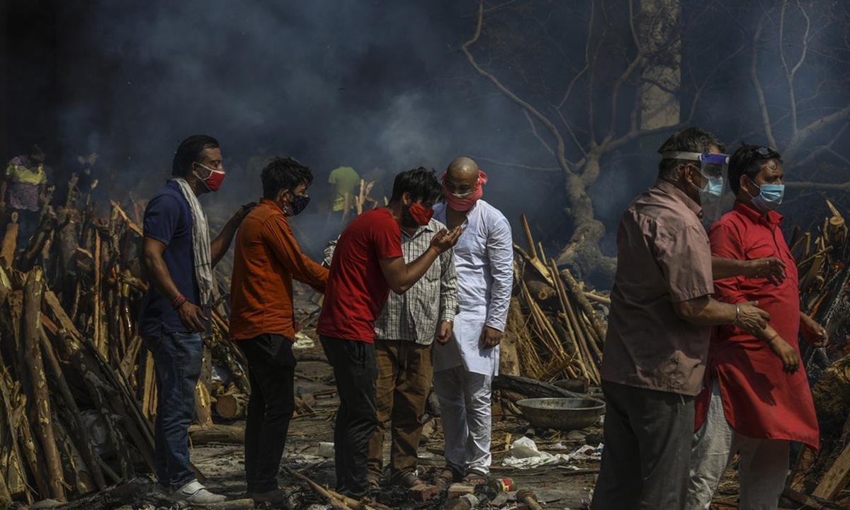 Người Ấn Độ tập trung ở khu hỏa táng người thân chết vì Covid-19 tại New Delhi tuần này. Ảnh: NYTimes.