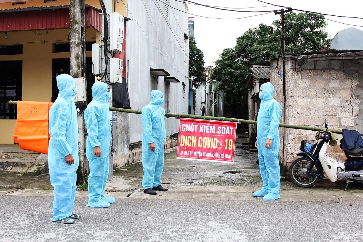 Chốt kiểm soát ở xã Đạo Lý, huyện Lý Nhân, tỉnh Hà Nam, nơi phát hiện 5 ca nghi nhiễm chiều 29/4. Ảnh: CAHN.