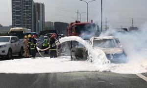 Ôtô 7 chỗ cháy trơ khung trên cao tốc