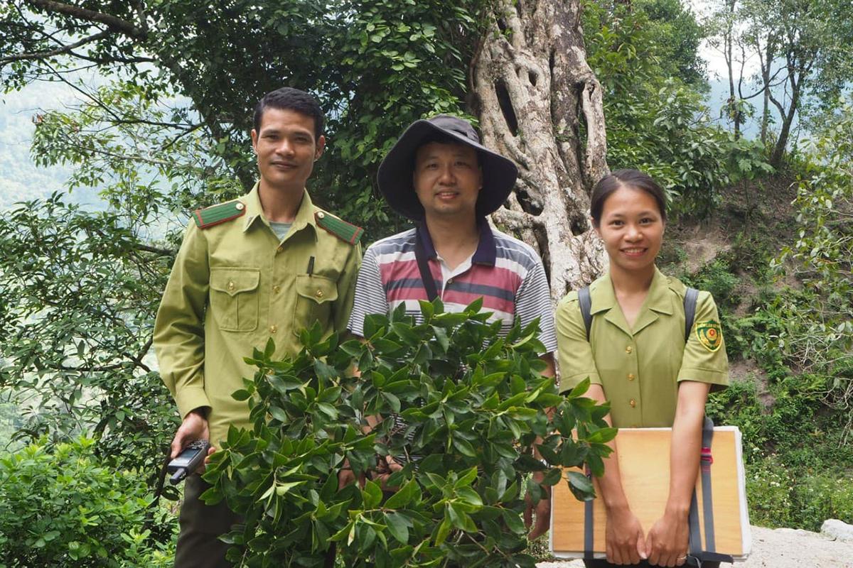 Thanh Tâm bên đồng nghiệp ở khu bảo tồn thiên nhiên Hang Kia - Pà Cò. Ảnh: Nhân vật cung cấp.