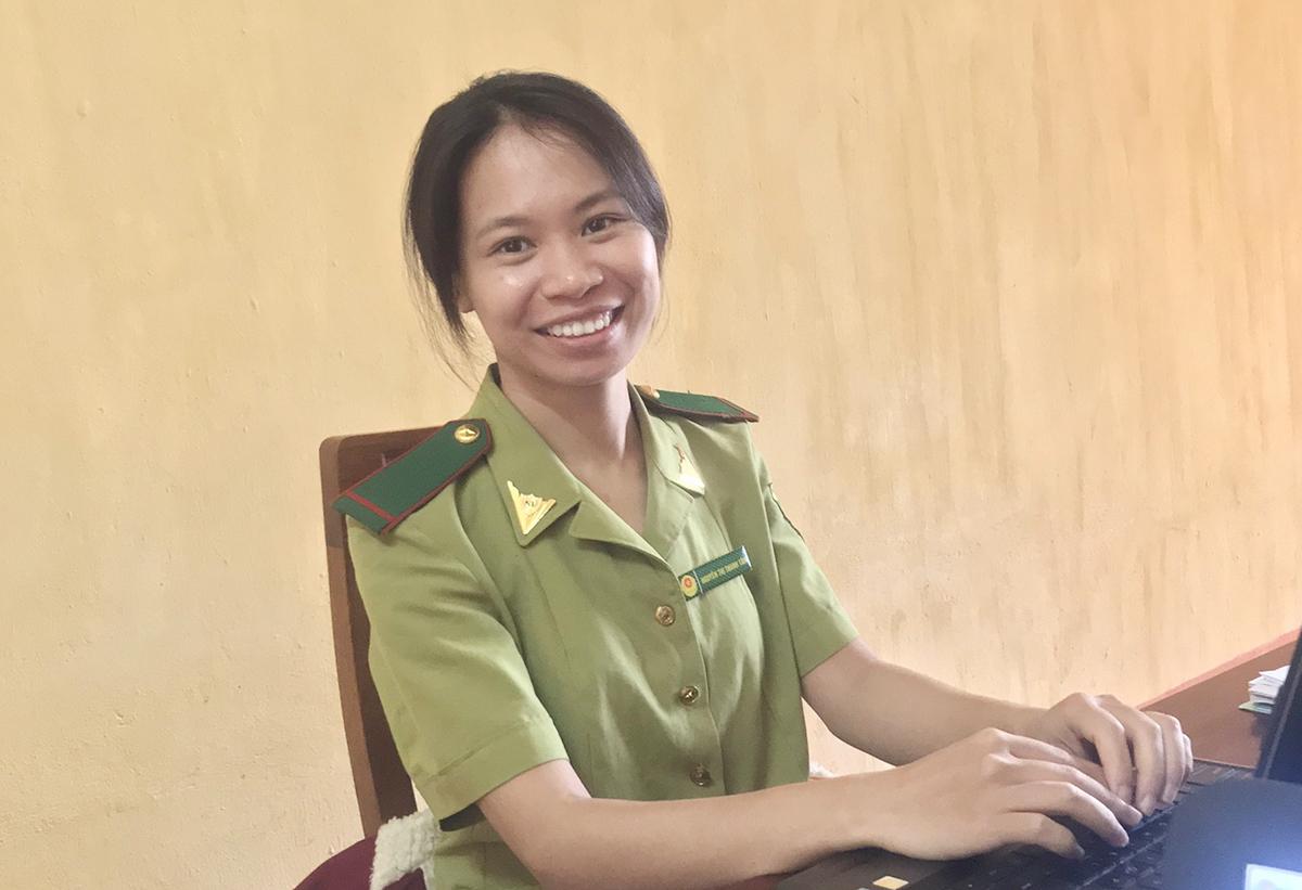 Nguyễn Thị Thanh Tâm làm việc tại văn phòng khu bảo tồn Hang Kia - Pà Cò. Ảnh: Nhân vật cung cấp.