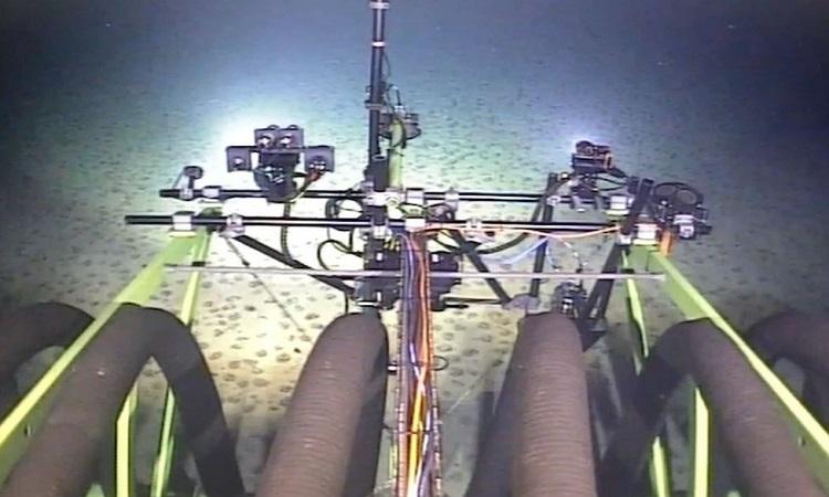 Robot đào mỏ nằm ở đáy biển. Ảnh: GSR.