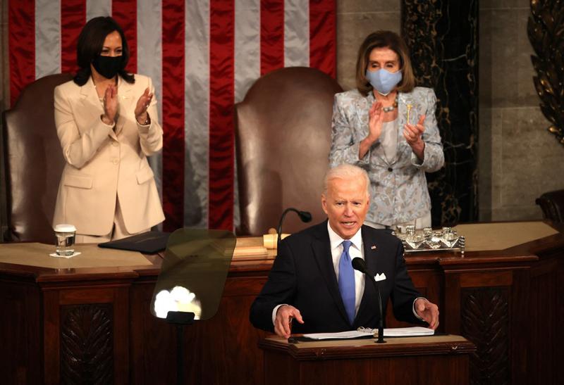 Phó tổng thống kiêm Chủ tịch Thượng viện Kamala Harris (trái) và Chủ tịch Hạ viện Nancy Pelosi vỗ tay khi Tổng thống Biden phát biểu. Ảnh: AFP.