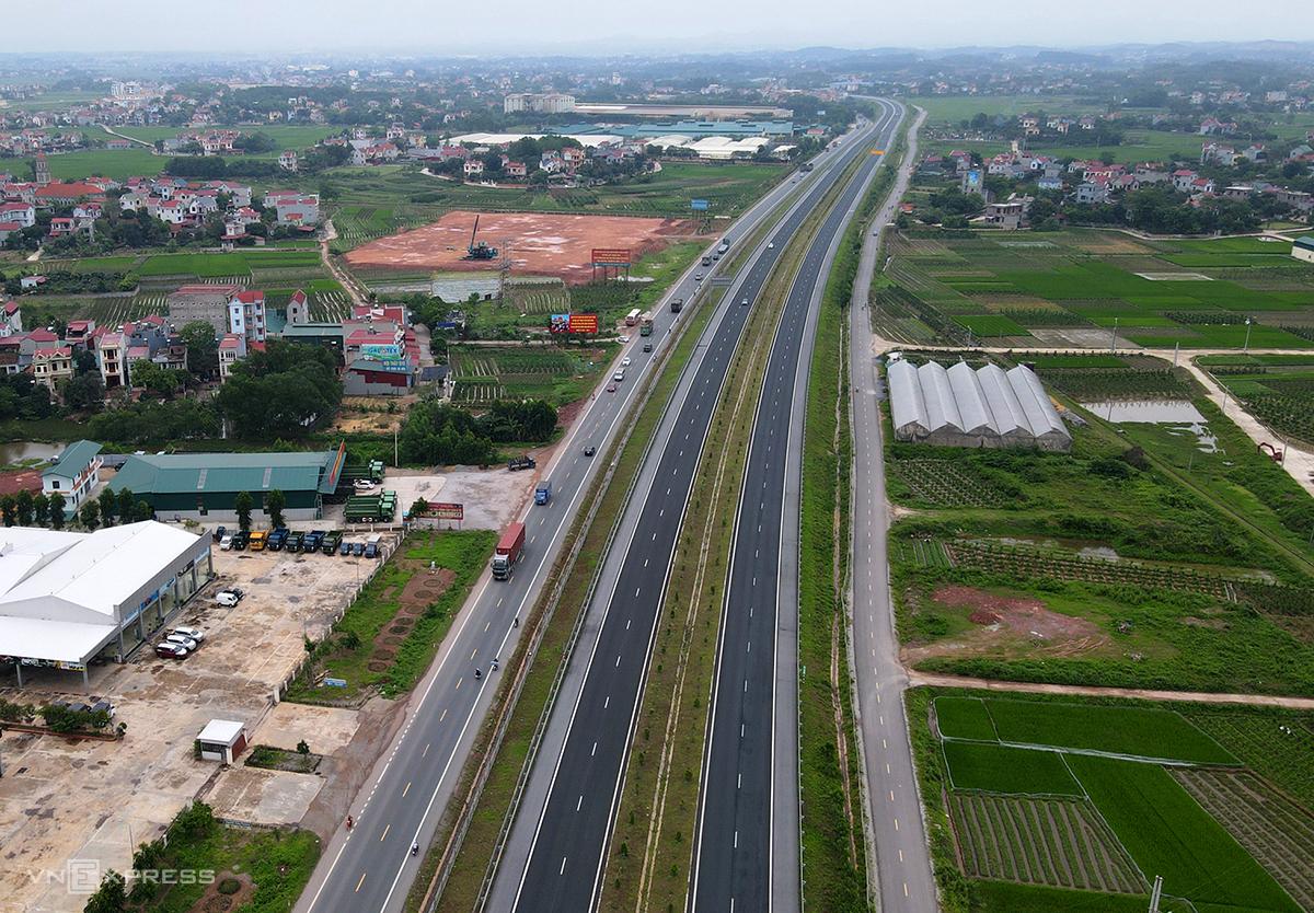 Cao tốc Bắc Giang-Lạng Sơn chạy song song với Quốc lộ 1A, tuy nhiên có lượng phương tiện thưa thớt. Ảnh: Bá Đô