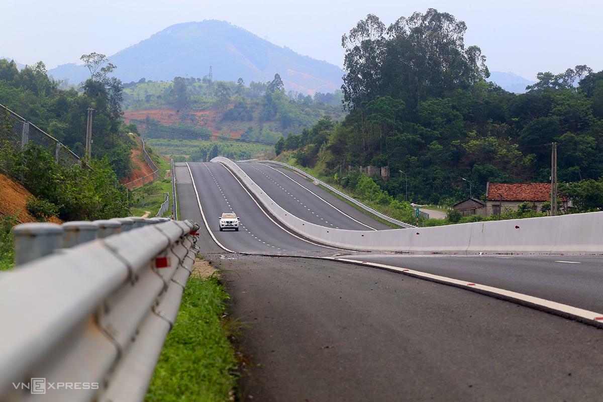 Một đoạn cao tốc chạy qua huyện Chi Lăng, Lạng Sơn khoảng vài phút mới xuất hiện một xe đi qua. Ảnh: Bá Đô