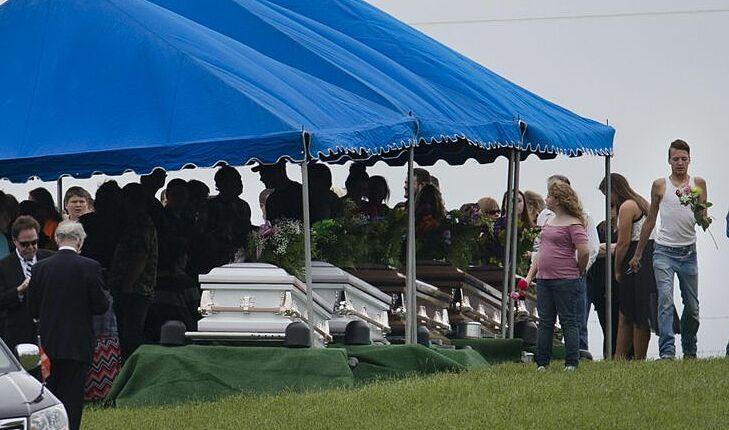Dân làng tổ chức đám tang tập thể cho gia đình Rhoden. Ảnh: AP.
