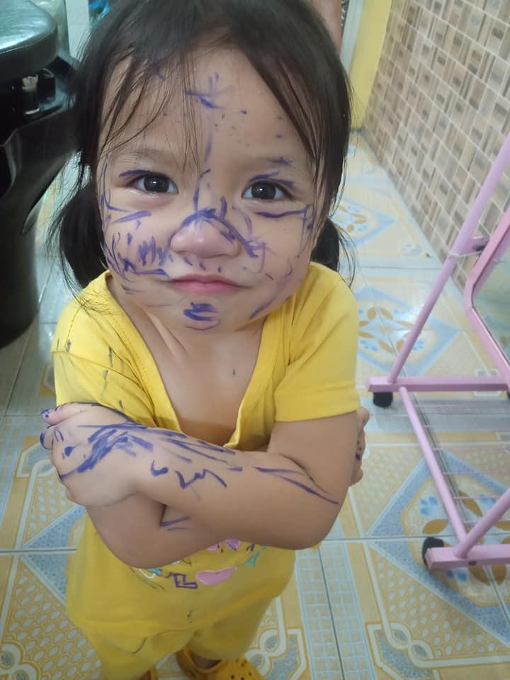 Vẻ mặt tinh nghịch của bé gái.