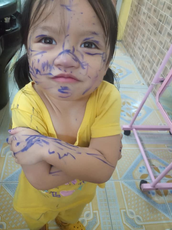 Bé gái mặt mũi lấm lem vì nghịch bút - 2
