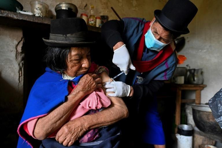 Y tá tiêm vaccine cho một người phụ nữ ở Colombia ngày 15/4. Ảnh: AFP.