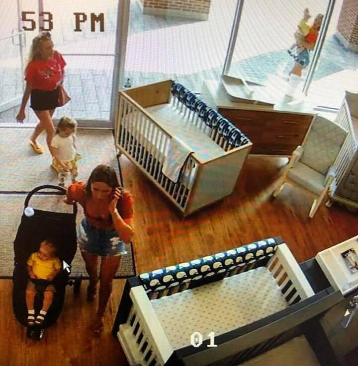 Một trong nữ trộm quên cả con tại cửa hàng.