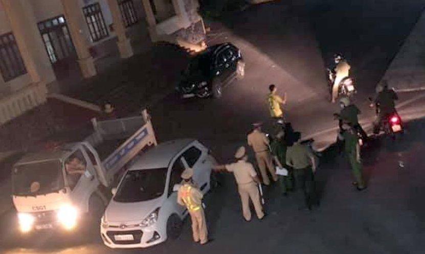 Lực lượng chức năng triển khai phong tỏa thôn Hoàng Xá tối 30/4. Ảnhh: CTV