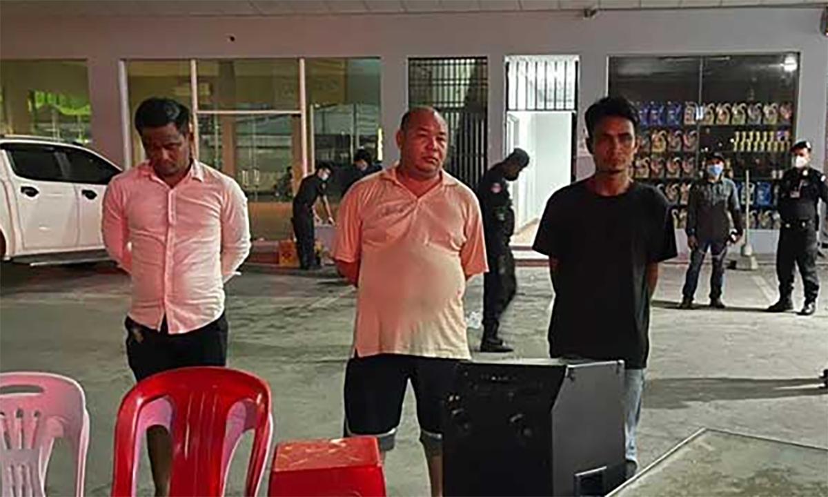 Thiếu tướng Ong Chanthuok (giữa) và hai người cùng nhóm bị bắt ở quận Meanchey, Phnom Penh, đêm 16/4. Ảnh: Khmer Times.