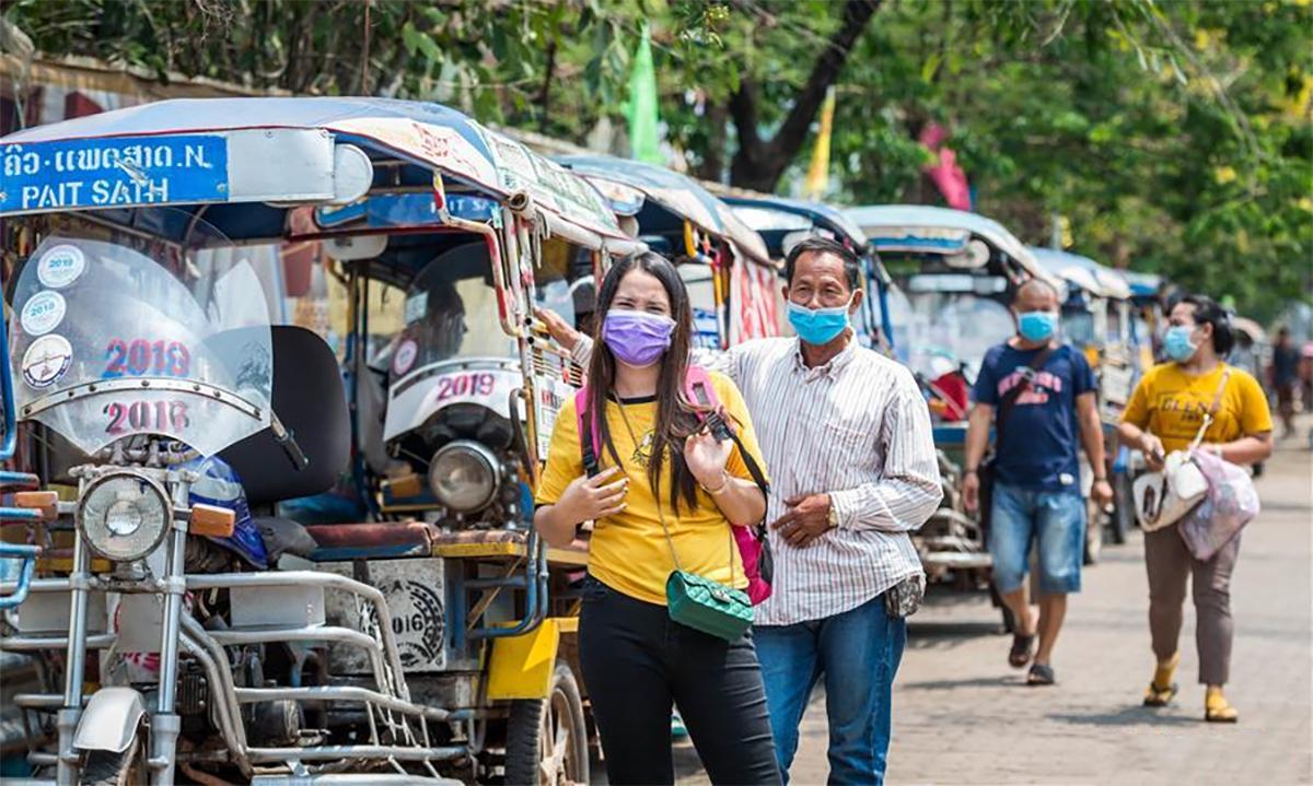 Người dân đeo khẩu trang trên đường phố Vientiane, Lào tháng 3/2020. Ảnh: Xinhua.